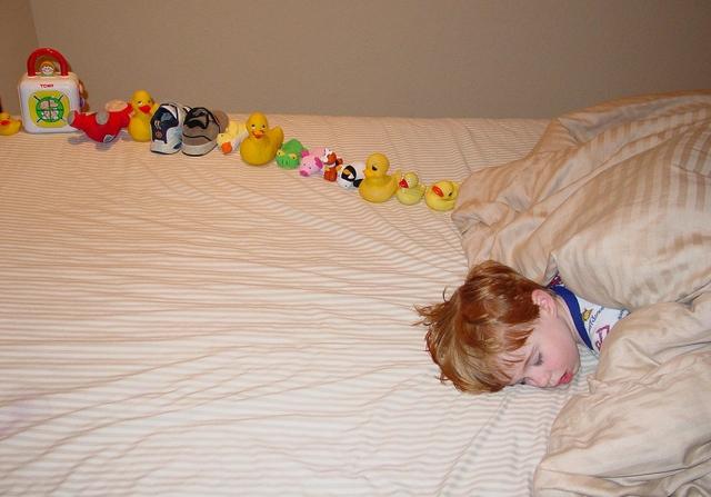 Autista kisfiú játékkacsákkal