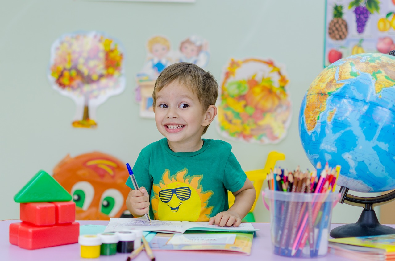 Gyermek rajzol