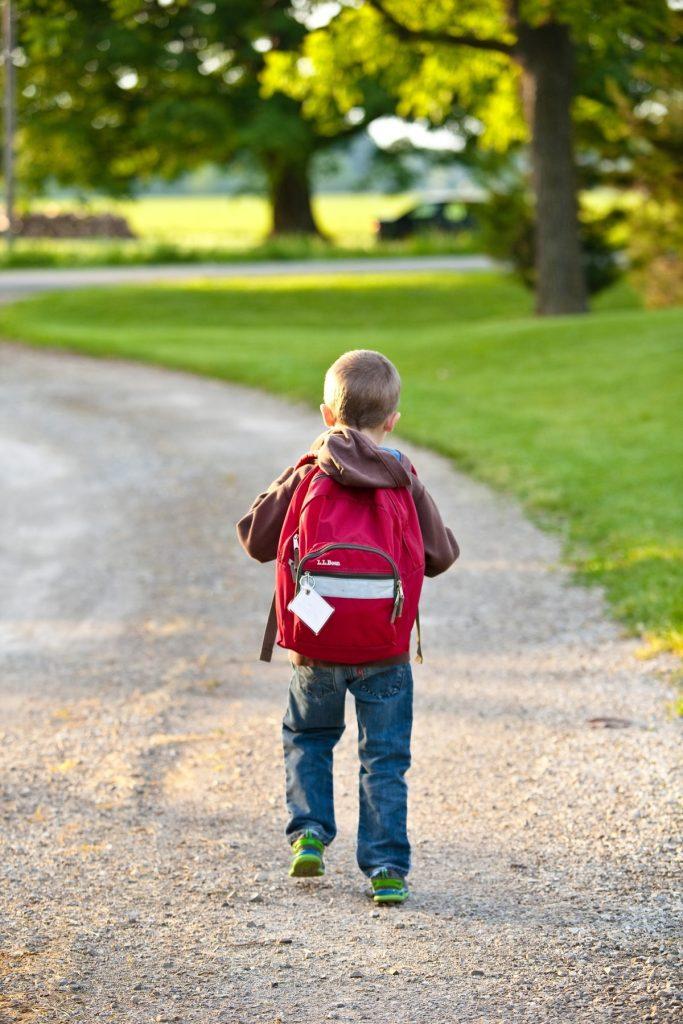 Gyermek iskolába megy